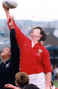 New Zealand players attempt to win the ball from Wales' Liza Burgess. Women's Rugby World Cup 1991